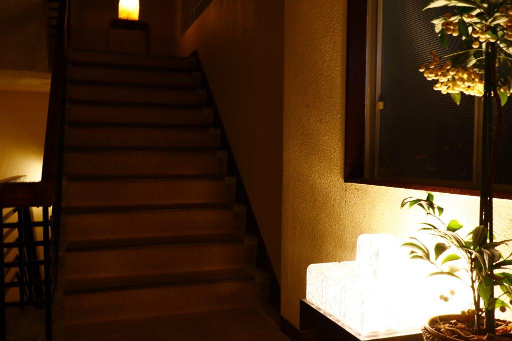 友家ホテル階段